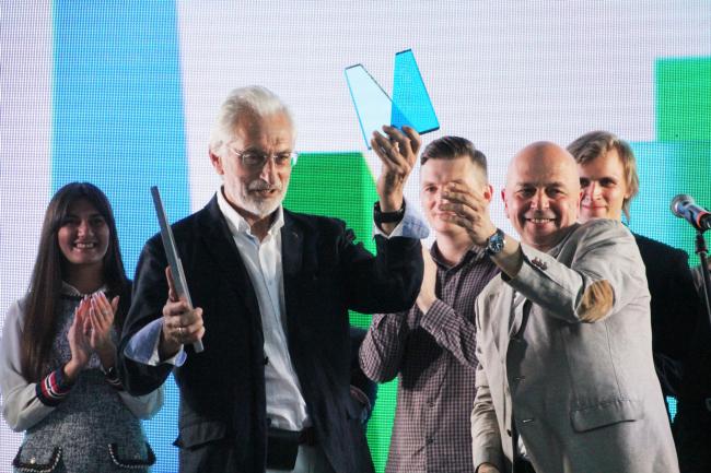 Андрей Гнездилов вручает премию Александру Асадову