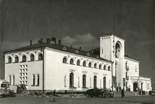 Новгородский вокзал, вид с вокзальной площади. Фотография 1954 г.