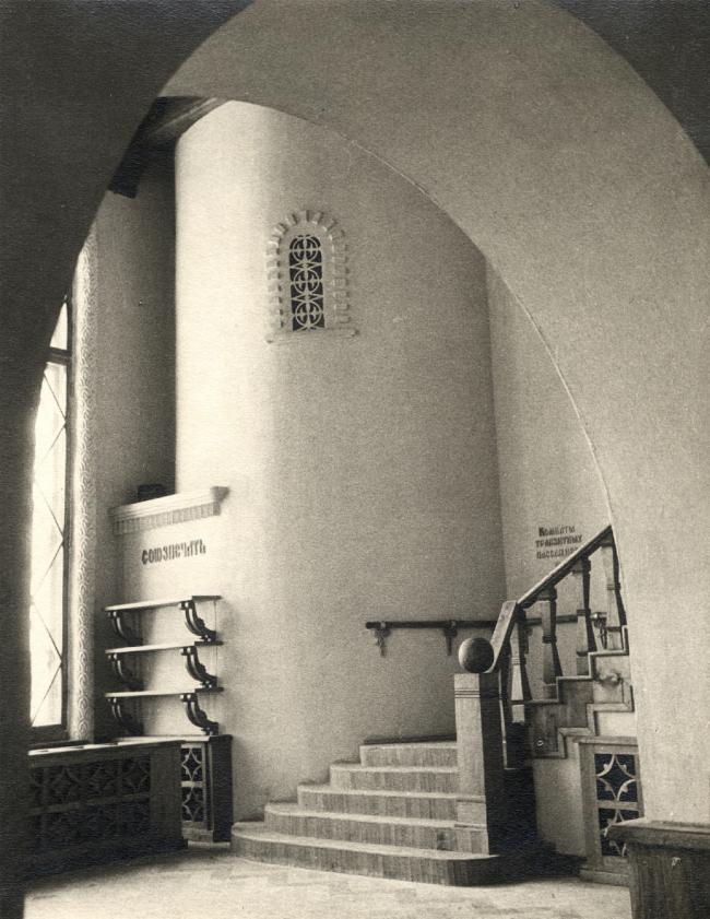 Новгородский вокзал. Интерьер, зал ожидания. Лестница, ведущая в комнаты транзитных пассажиров. Фотография 2001 г.