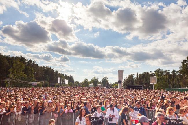 Зрители концерта рэпера Feduk на Площади Октябрьской революции. Арт-Овраг 2019. Выкса