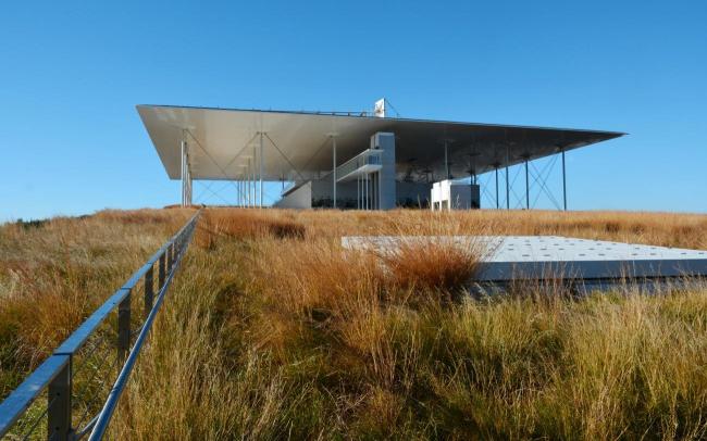«Ковер-самолет», использующий энергию солнца, окружен ковром из трав