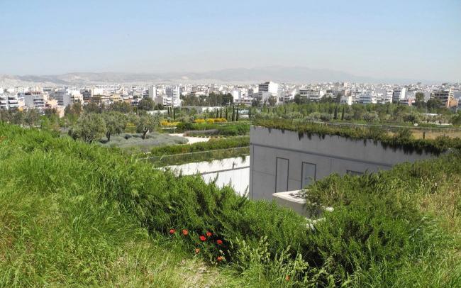 Комплекс зданий встроен в природный ландшафт – роскошная зелень простирается везде, куда падает взгляд