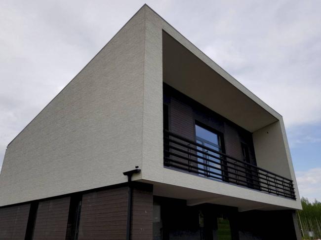 Коттеджный поселок «Горки-1». На фасадах – японские панели KMEW,  фактуры: под молочно-белую штукатурку и под дерево двух оттенков.
