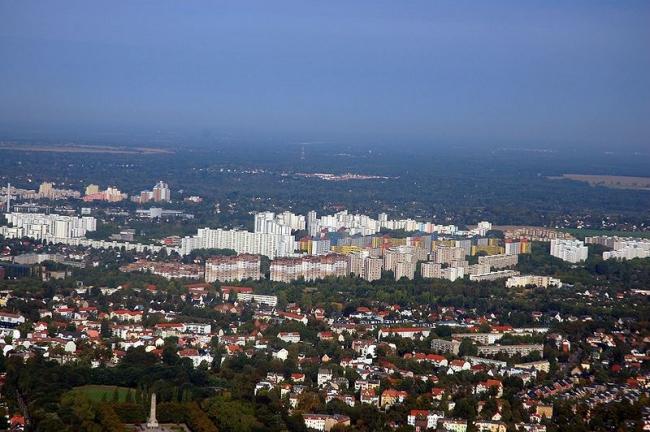 Вид района Меркишес Фиртель с воздуха (на заднем плане). Фото 2009 года