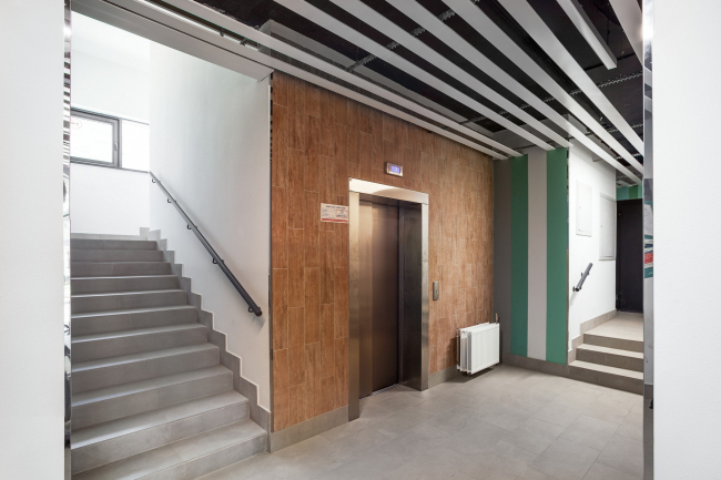 Лестнично-лифтовой узел с естественным освещением в одном из домов