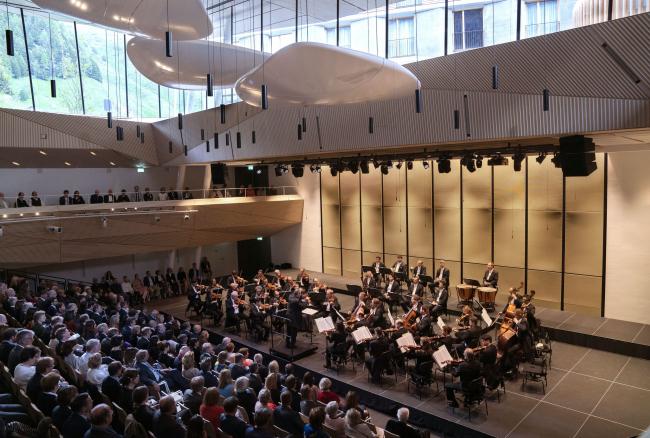 Концертный зал в Андерматте. Концерт открытия: оркестр Берлинской филармонии под управлением Константиноса Каридиса