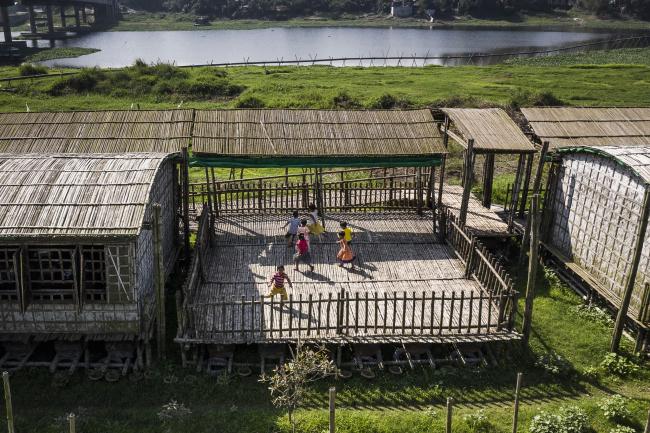 Образовательный проект «Аркадия». Дети играют на террасе