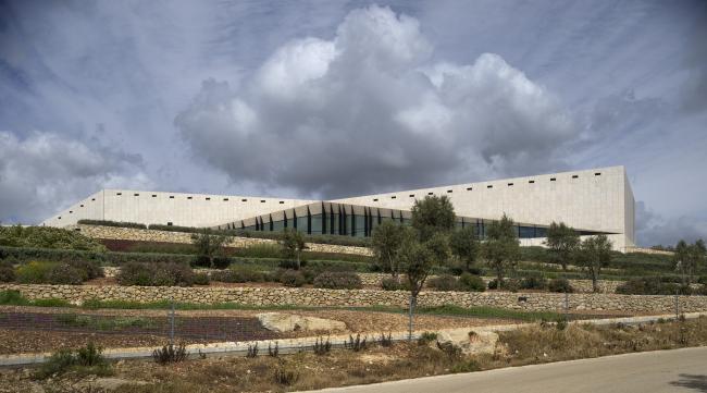 Палестинский музей. Вид на музей и земледельческие террасы