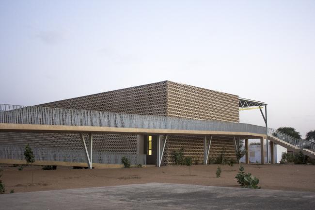 Лекторий в Университете имени Алиуна Диопа. Вид на рампу и фасад