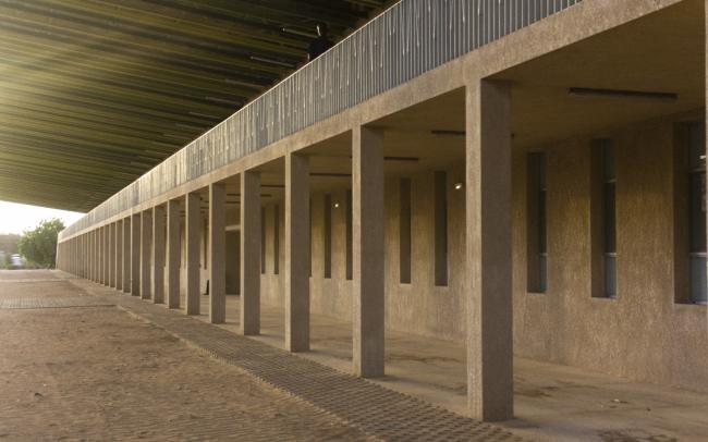 Лекторий в Университете имени Алиуна Диопа. Колоннада, которая поддерживает галерею