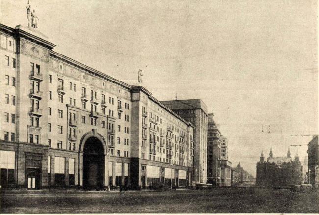Новый жилой дом на ул. Горького в Москве. Арх. А.Г. Мордвинов. 1938