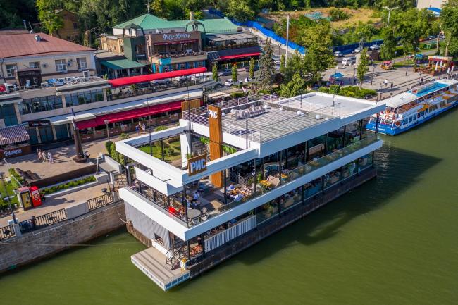 Плавучий ресторан на набережной реки Дон