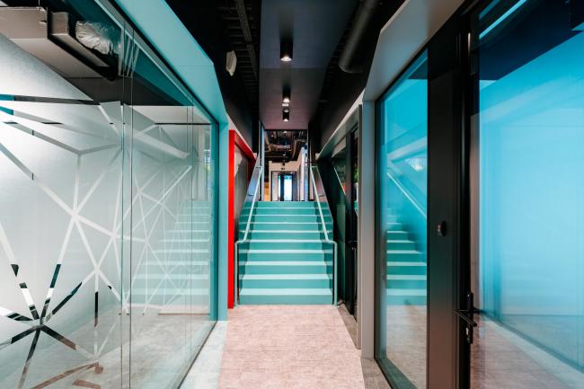 Лестница из коридора на второй уровень. Офис Inspiritum