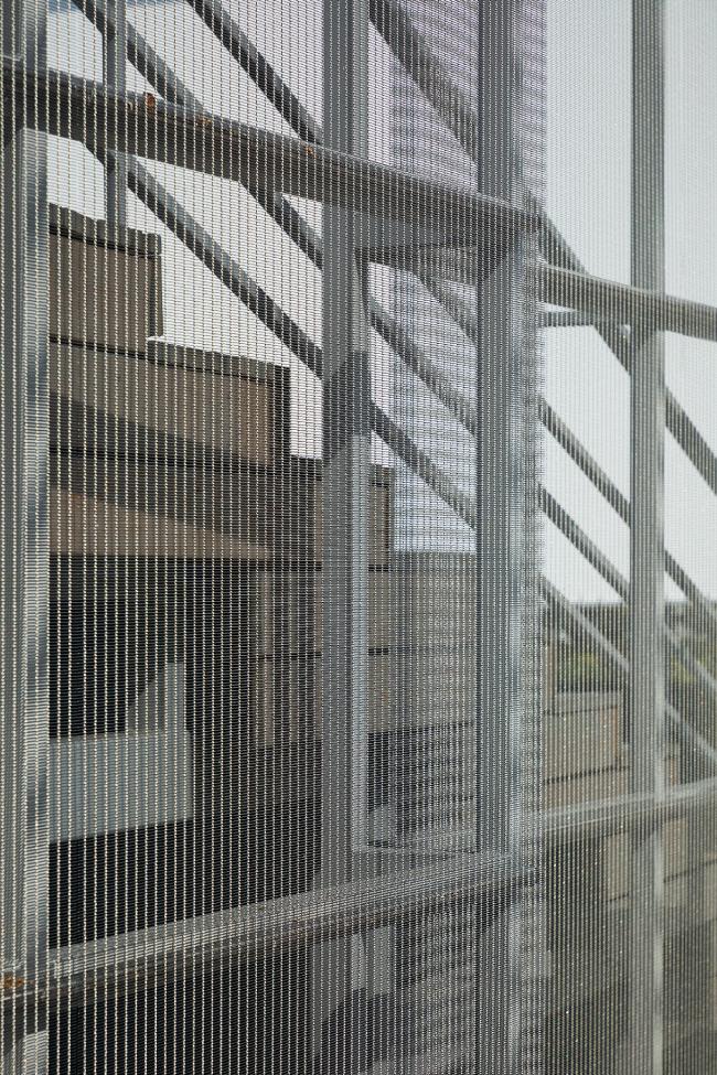 Детали: плетёная сетка из нержавеющей стали. Летний кинотеатр в парке искусств «Музеон»