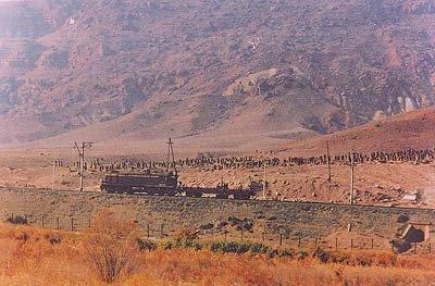 Хачкары по ту сторону железнодорожного полотна. Фотография сделана с иранской стороны. Сегодня многих из этих хачкаров уже нет на прежнем месте