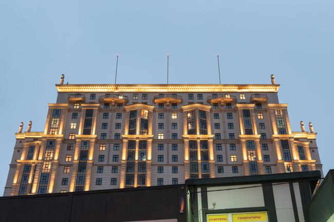 Фрагмент фасада по Дальневосточному проспекту, эркеры и балконы верхних этажей, вечернее освещение. Жилой комплекс «Ренессанс»