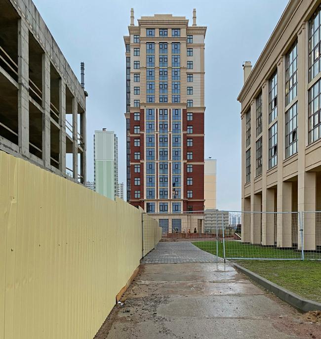 Вид на южный фасад здания второй очереди с улицы Дыбенко. Жилой комплекс «Ренессанс»
