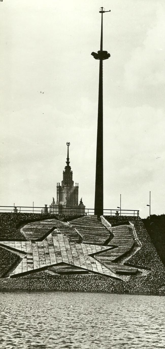 Дворец пионеров на Ленинских горах. Пионерский знак и флагшток