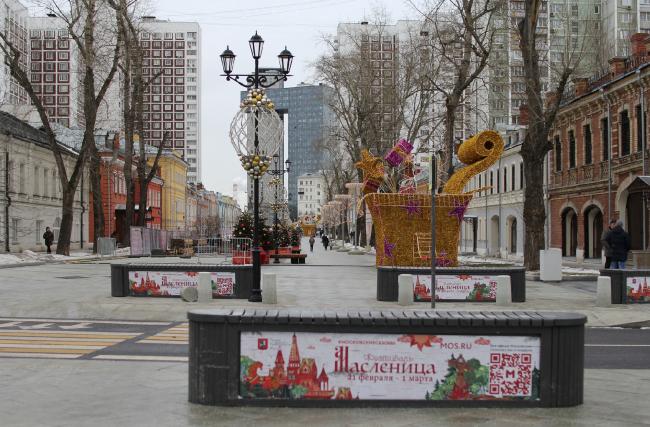 Благоустройство на Школьной улице. Справа здания ЦНРПМ, 02.2020