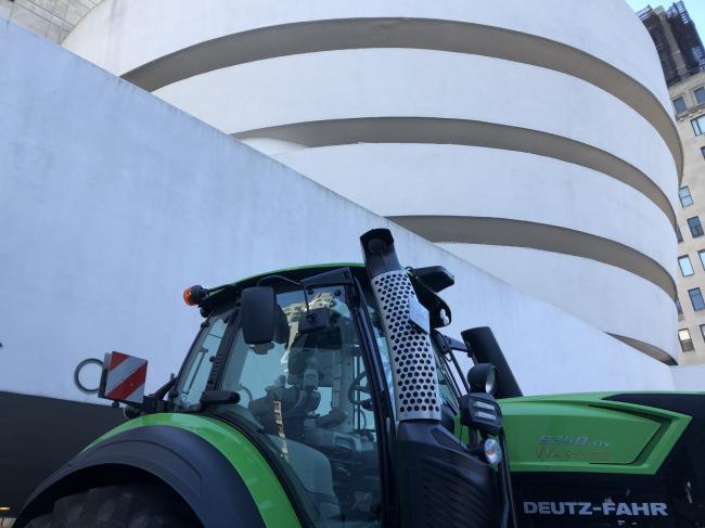 Трактор на входе. Countryside, The Future. Выставка Рема Колхаса в музее Гуггенхайма в Нью-Йорке