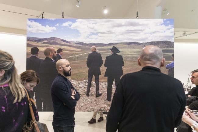 Рем Колхас и Самир Бантал (АМО) со спины: на картинке и «вживую». Countryside, The Future. Выставка Рема Колхаса в музее Гуггенхайма в Нью-Йорке