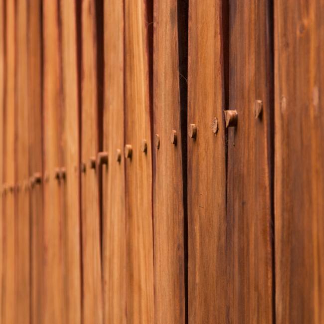 Естественный цвет гуанакасте. Каждое крепление на фасаде закрыто деревянным чопиком. Благотворительная клиника в Никарагуа