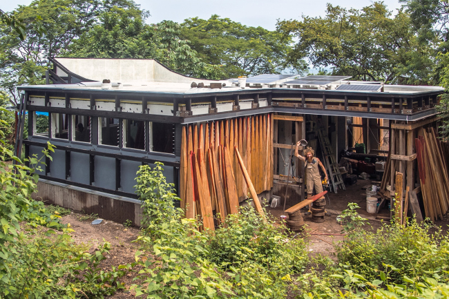 Работы по облицовке фасада. Благотворительная клиника в Никарагуа