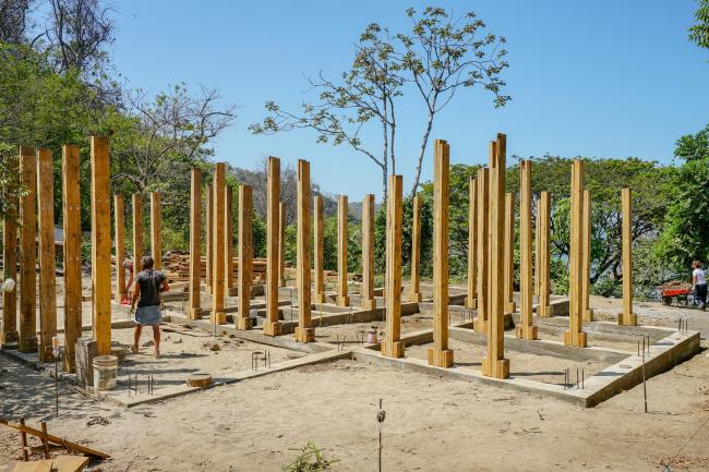 Возведение несущего каркаса здания. Благотворительная клиника в Никарагуа
