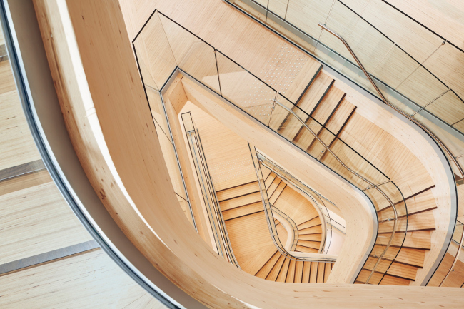 Вид сверху. Лестница атриума финансового центра Бьергстед