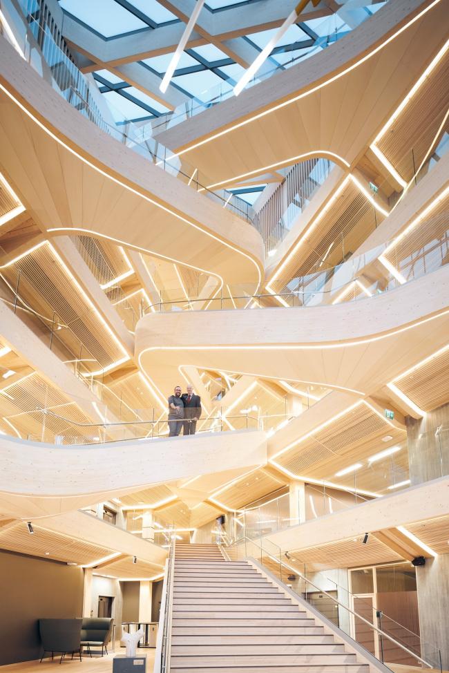 Слева – Йорн Бреншайдт (hokon, строительство лестницы), справа – Оддмунд Торюссен (Faber Bygg AS, монтаж здания. Лестница атриума финансового центра Бьергстед