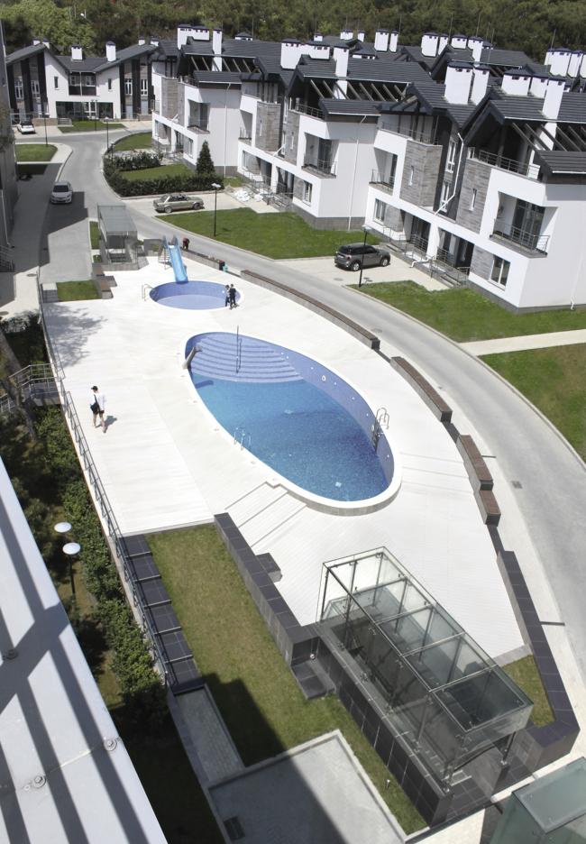 Вид бассейна.                        Комплекс апартаментов и таунхаусов FELLINI