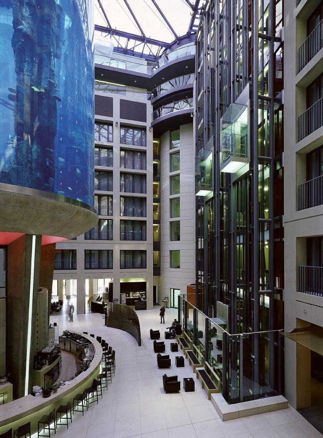 Атриум отеля «Рэдиссон САС» в комплексе «ДомАкваре» в Берлине