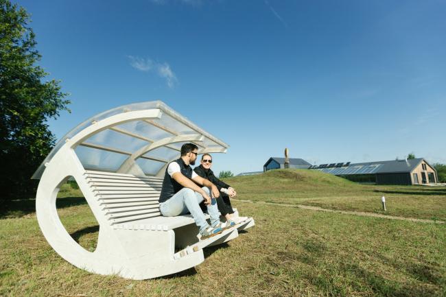Скамейка-качалка в Эко-парке «Ясно–поле».  Тульская область
