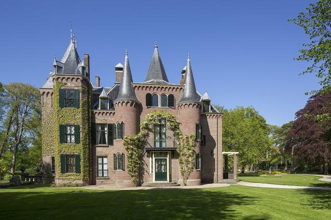 Рис 1. Расположенный рядом замок Keukenhof был изначально построен в XVII веке. Его стены из красного кирпича вдохновили KVDK Architecten на использование кирпича Kolumba красного цвета в музее LAM