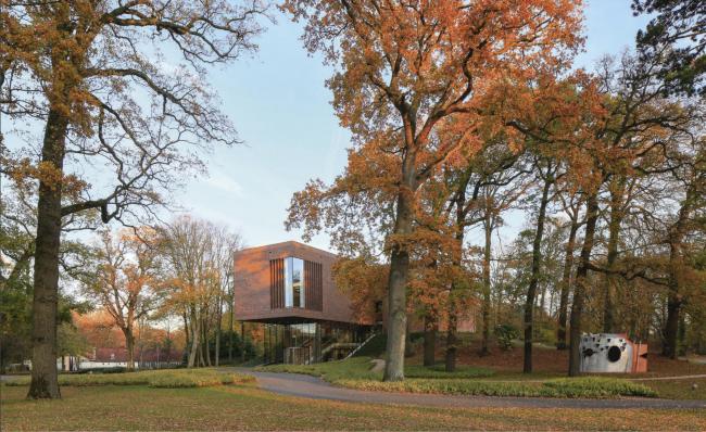 Музей искусств Лиссе. Осенью, когда листья становятся золотыми и красными, нюансы кирпича отражают природное окружение уже иначе, по-новому