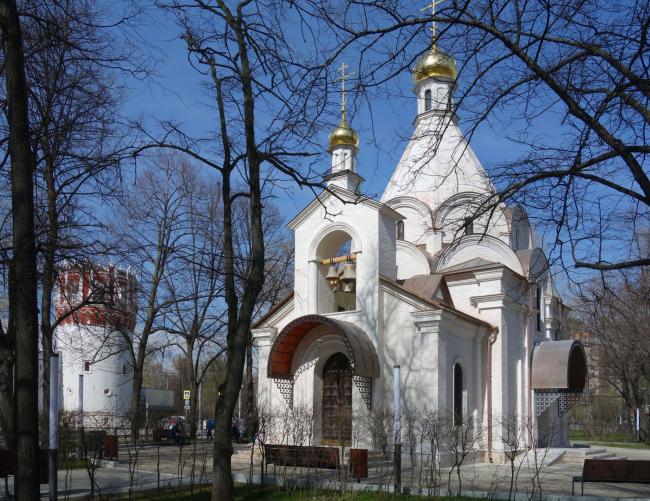 Общий вид с башней Новодевичьевого монастыря. Храм Усекновения главы Иоанна Предтечи