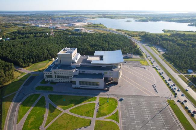 Дворец искусств «Нефтяник»  © Архитекторы: Слободан Дринякович, Лучио Микилетти
