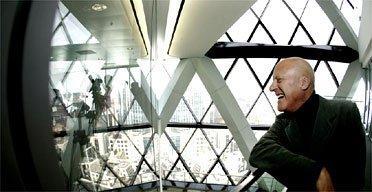 Норман Фостер на верхнем этаже здания «Свисс Ре»