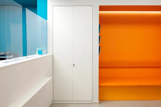 Цветовая ниша в холле медицинского офиса (зона ожидания). Рестайлинг медицинских офисов «Инвитро»