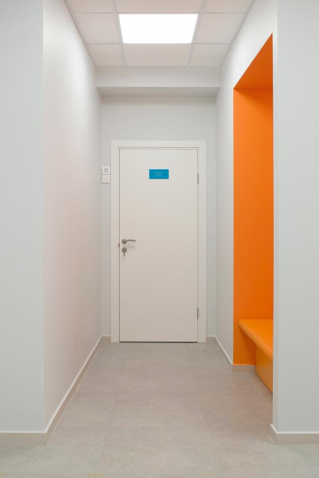 Цветовая ниша в холле медицинского офиса (гардероб). Рестайлинг медицинских офисов «Инвитро»