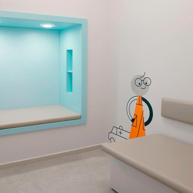 Детская игровая ниша в коридоре медицинского офиса. Рестайлинг медицинских офисов «Инвитро»