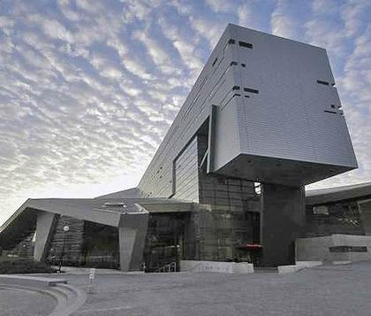 Студенческий Досуговый центр Университета Цинциннати. Преднамеренно инициированные конфликты объемов