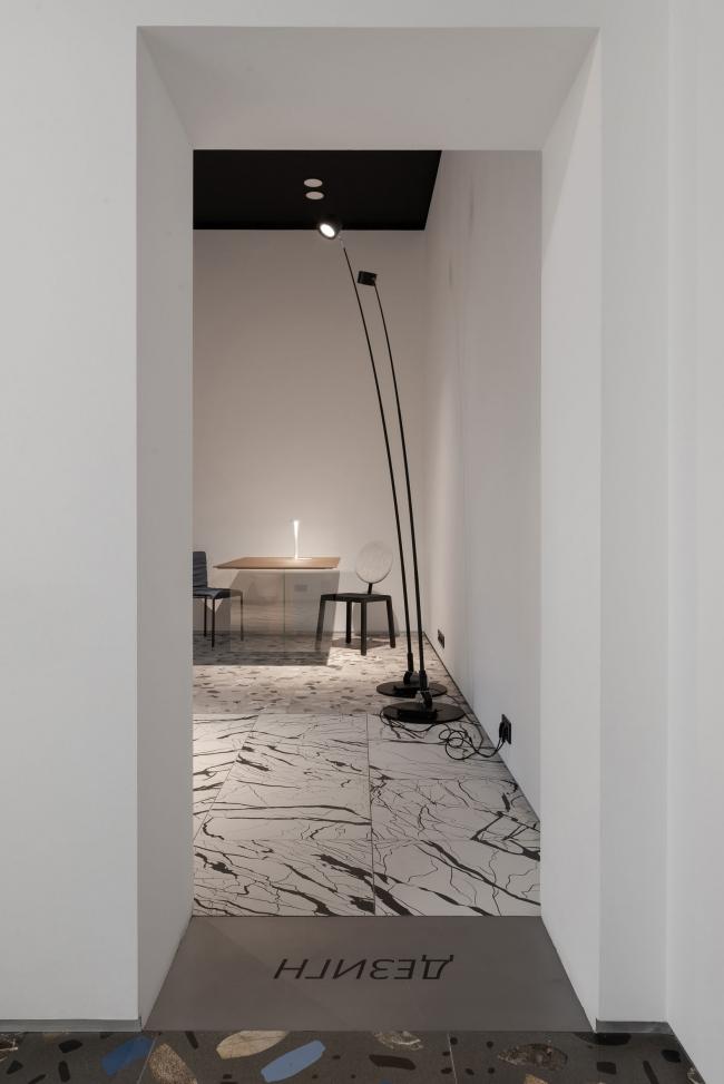 Пространство между залами. Шоурум Crane Design