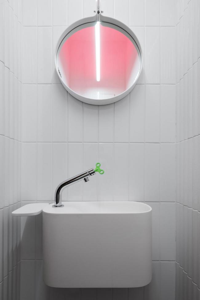 Санузел с RGB светильником. Шоурум Crane Design