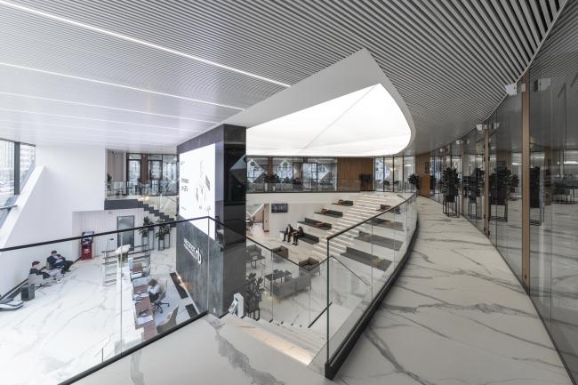 Вид со второго этажа на клиентские зоны и бэк-офис. Офис продаж ЖК «Переделкино ближнее»