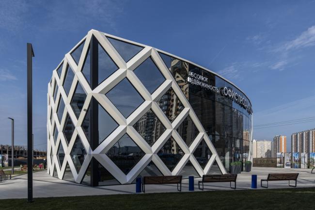Фасады, угловой ракурс для демонстрации треугольного объема. Офис продаж ЖК «Переделкино ближнее»