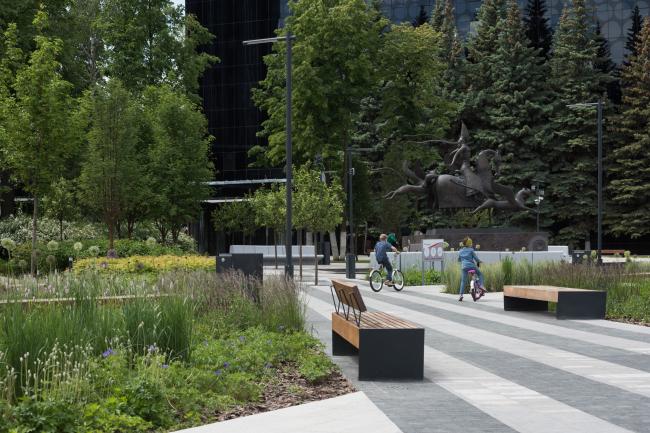 Парковая зона около скульптуры. Квартал ПАО «Татнефть»