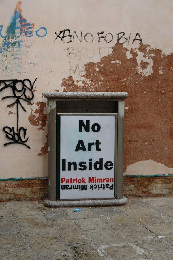 Патрик Мимран. Инсталляция напротив дверей выставочного зала с его экспозицией. Фото Нины Фроловой