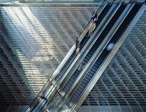 прозрачный ступенчатый водопад с встроенными эскалаторами в атриуме Херст Тауэр, Нью-Йорк, 2002-2006