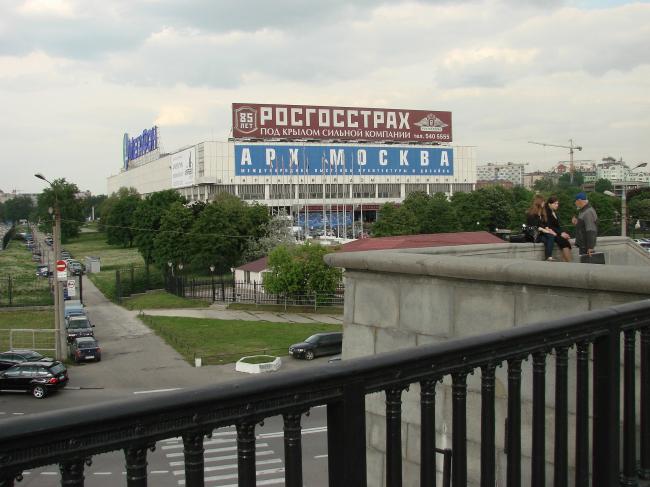 Вид на здание ЦДХ с Крымского моста. Фотография сделана в июне текущего года в период проведения Арх-Москвы. Фото Юлии Тарабариной